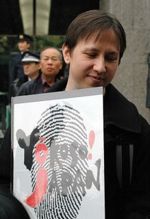 Mainichi News - Photo Specials - Protesters 'flip the bird' at Justice Ministry over forced fingerpr